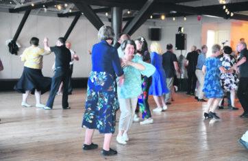 Kiparkatissa tanssittiin kesän ensimmäiset lavatanssit